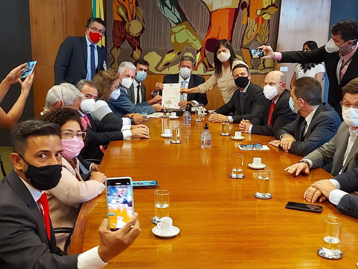 Oposição entrega abaixo-assinado contra a reforma administrativa