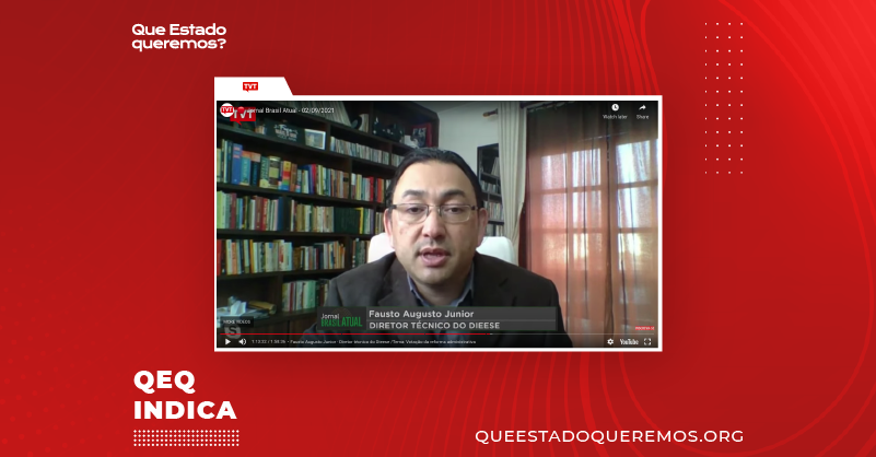 Fabio Augusto Junior falando, em entrevista para a TVT, em frente a estante de livros